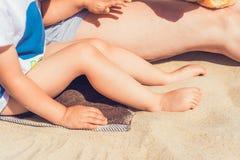 Tiempo en la playa por el mar, diversión de la familia Imágenes de archivo libres de regalías
