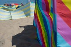 Tiempo en la playa por el mar, diversión de la familia Fotografía de archivo libre de regalías