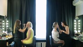 Tiempo en un salón de belleza artista de maquillaje y amo de la manicura Muchachas hermosas metrajes