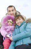Tiempo feliz del gasto de la familia al aire libre en invierno Fotografía de archivo