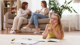 Tiempo femenino del gasto de la familia en casa almacen de video