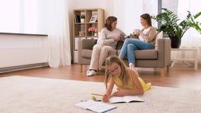 Tiempo femenino del gasto de la familia en casa almacen de metraje de vídeo