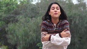 Tiempo frío del suéter de la muchacha hispánica de Latina que lleva que habla almacen de video