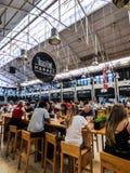 Tiempo hacia fuera Lisboa - mercado del pasillo de la comida en Lisboa Imagen de archivo libre de regalías