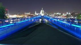 Tiempo-Lapso-tiro de la catedral Londres del puente y del St Pauldel milenio por noche