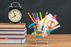 Tiempo a las fuentes de la educación que hacen compras para de nuevo a la escuela Foto de archivo