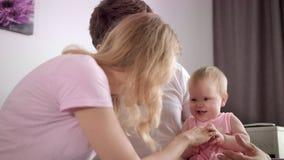 Tiempo libre de la familia Mujer y hombre con el niño en casa Concepto de familia feliz almacen de metraje de vídeo