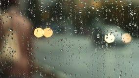 Tiempo lluvioso en la ciudad por la tarde almacen de metraje de vídeo