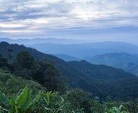 Tiempo nublado en montañas, nublado hermosos y niebla Imágenes de archivo libres de regalías