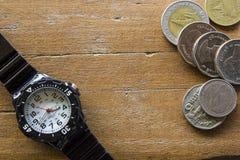 Tiempo o dinero de la idea del concepto Imagenes de archivo