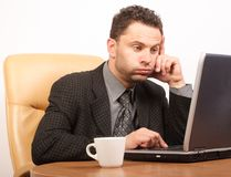 Tiempo ocupado en el trabajo agotador - hombre de negocios que trabaja con la computadora portátil Fotografía de archivo libre de regalías