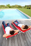 Tiempo pacífico por la piscina Fotografía de archivo libre de regalías