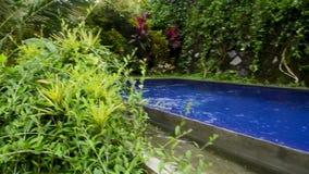 Tiempo pacífico y relajante con la opinión de piscina almacen de metraje de vídeo