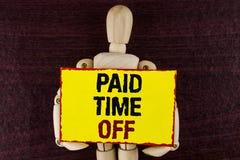 Tiempo pagado del texto de la escritura de la palabra apagado Concepto del negocio para las vacaciones con la cura de reclinación Imagen de archivo libre de regalías