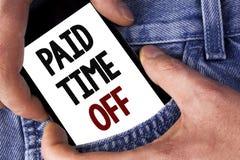 Tiempo pagado del texto de la escritura de la palabra apagado Concepto del negocio para las vacaciones con la cura de reclinación Fotos de archivo