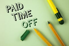 Tiempo pagado del texto de la escritura de la palabra apagado Concepto del negocio para las vacaciones con la cura de reclinación Imágenes de archivo libres de regalías