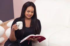 Tiempo piadoso del estudio feliz de la biblia fotos de archivo