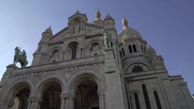 Tiempo real de izquierda a derecha de la cacerola que establece el tiro de la basílica de Sacre-Coeur Templo en París metrajes