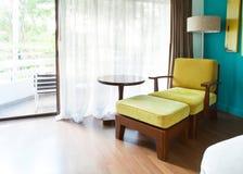 Tiempo relajante del sofá cama adornado en esquina del sitio Foto de archivo
