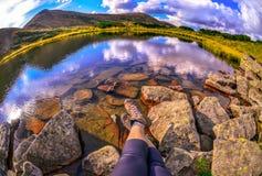 Tiempo relajante durante un senderismo al aire libre en montañas cárpatas Fotografía de archivo