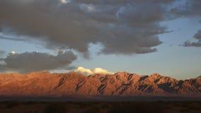 Tiempo-revestimientos video durante puesta del sol en el desierto del Negev almacen de video