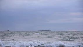 Tiempo tempestuoso del invierno del mar Báltico a principios de enero en la cámara lenta almacen de metraje de vídeo