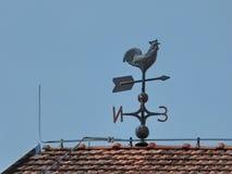 Tiempo Vane Rooster en el tejado Fotografía de archivo libre de regalías