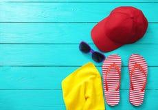 Tiempo y accesorios de la diversión del verano en fondo de madera azul Mofa ascendente y espacio de la copia Fotografía de archivo libre de regalías