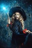 Tiempo y bruja de Halloween imagenes de archivo