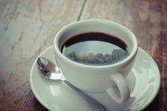 Tiempo y ciudad de mañana de la sol en el café Imágenes de archivo libres de regalías