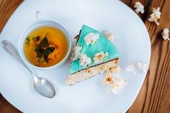 Tiempo y torta del té de la mañana Imagen de archivo libre de regalías