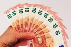 Tien euro in hand bankbiljetten Royalty-vrije Stock Afbeeldingen