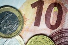 Tien Euros Bill, en twee muntstukken royalty-vrije stock afbeeldingen