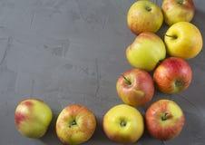 Tien geïsoleerde appelen Stock Afbeelding
