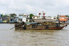 Tien Giang,越南- 2014年11月28日:小船用果子,菜填装了,并且在销售中的其他产品在Cai漂浮在钛的市场 免版税图库摄影
