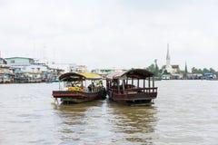 Tien Giang,越南- 2014年11月28日:小船用果子,菜填装了,并且在销售中的其他产品在Cai漂浮在钛的市场 库存照片
