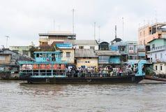Tien Giang,越南- 2014年11月28日:渡轮,交通工具运输湄公河三角洲的人发怒河 图库摄影