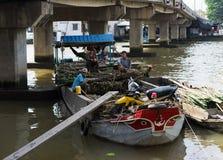 Tien Giang, Βιετνάμ - 28 Νοεμβρίου 2014: Η επιπλέουσα βάρκα που φορτώνεται με τον κάλαμο ζάχαρης στην πώληση στο CAI επιπλέει την Στοκ εικόνες με δικαίωμα ελεύθερης χρήσης