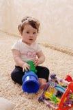 Tien maanden babymeisje het spelen met piramide Stock Afbeelding