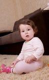 Tien maanden babymeisje zittings en het spelen Royalty-vrije Stock Foto