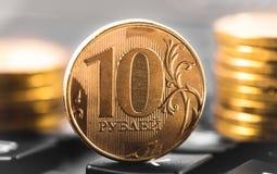 Tien roebels, muntstukken en calculator Royalty-vrije Stock Fotografie