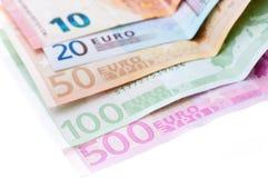 Tien twintig vijftig honderd vijf honderd euro geïsoleerde bankbiljetten Stock Foto's