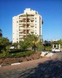 Tien-verdieping flatgebouw achter rotonde royalty-vrije stock foto's