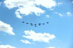 Tien vliegtuigen in een blauwe hemel met wolken op een Zonnige dag Als een vogel stock foto
