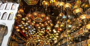 Tienda árabe de la lámpara de la linterna en Dubai Souk imagen de archivo libre de regalías