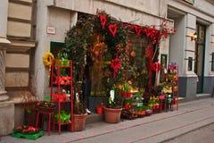 Tienda adornada para el día del ` s de la tarjeta del día de San Valentín en la calle en Viena vieja Fotografía de archivo