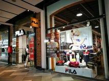 Tienda al por menor de FILA Sportswear, de la ropa del tenis, de los zapatos y de los accesorios en el centro comercial del punto fotos de archivo