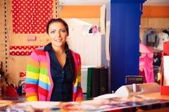 Tienda amistosa del ` s de Person At Children de las ventas Fotografía de archivo libre de regalías
