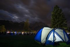 Tienda antes de las montañas en la noche fotos de archivo