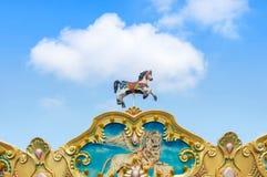 Tienda antigua de los caballos del carrusel en parque de atracciones Foto de archivo libre de regalías